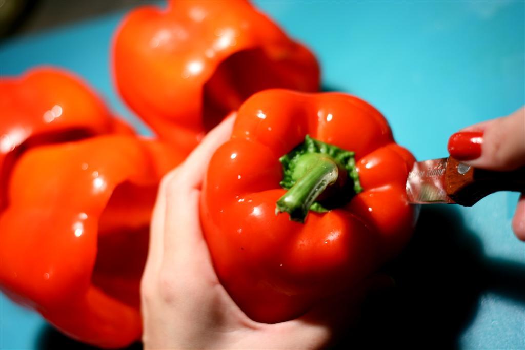 מתכון לפלפלים ממולאים בקינואה ברוטב עגבניות טריות