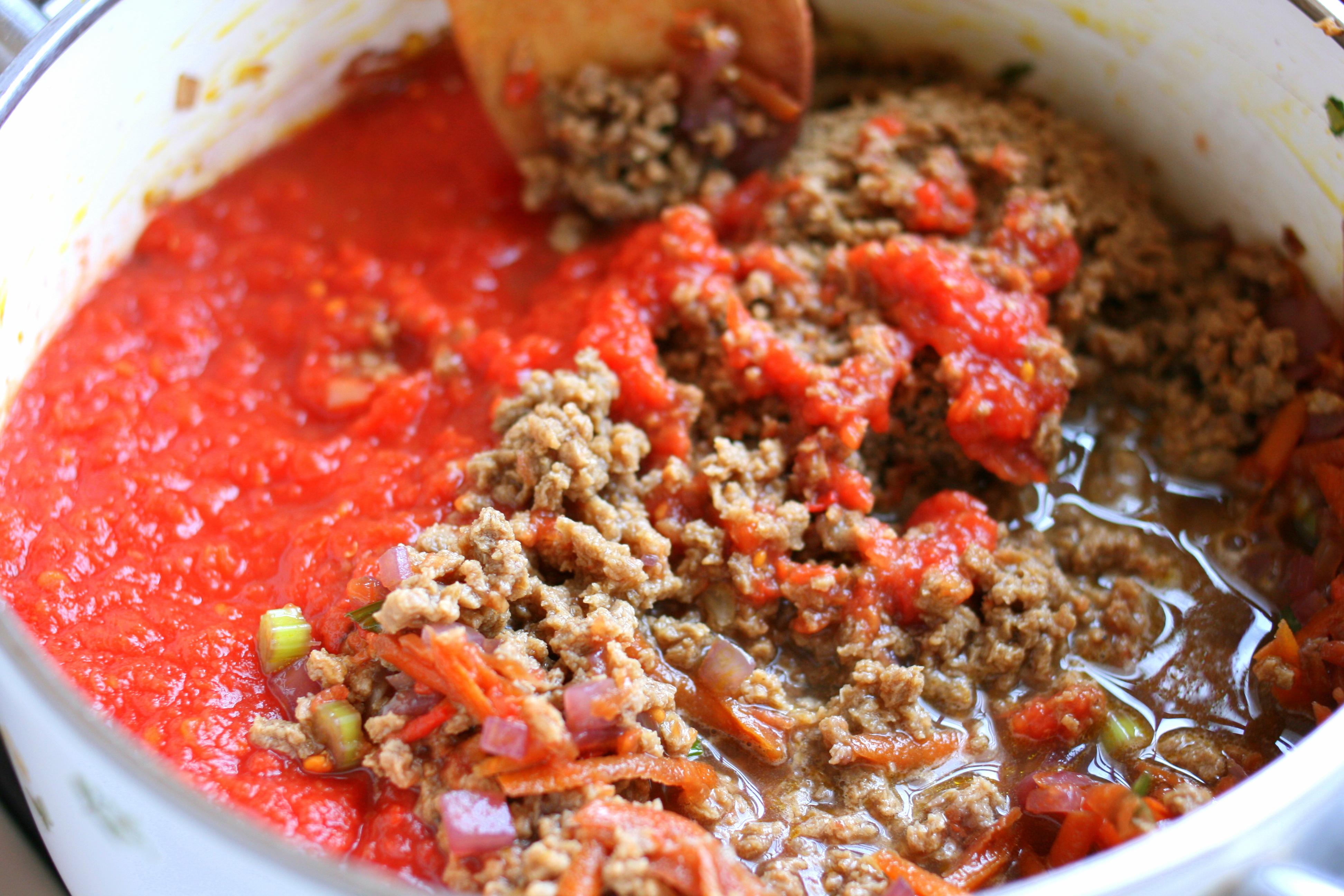 מוסיפים רוטב עגבניות