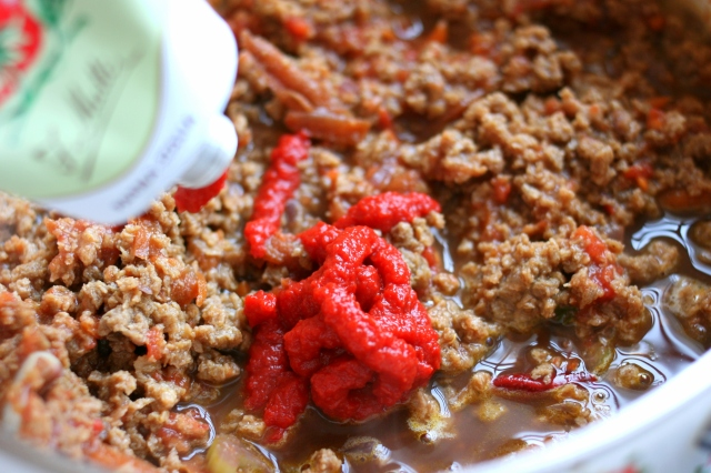 מוסיפים רסק עגבניות איכותי שתורם לסמיכות הרוטב.