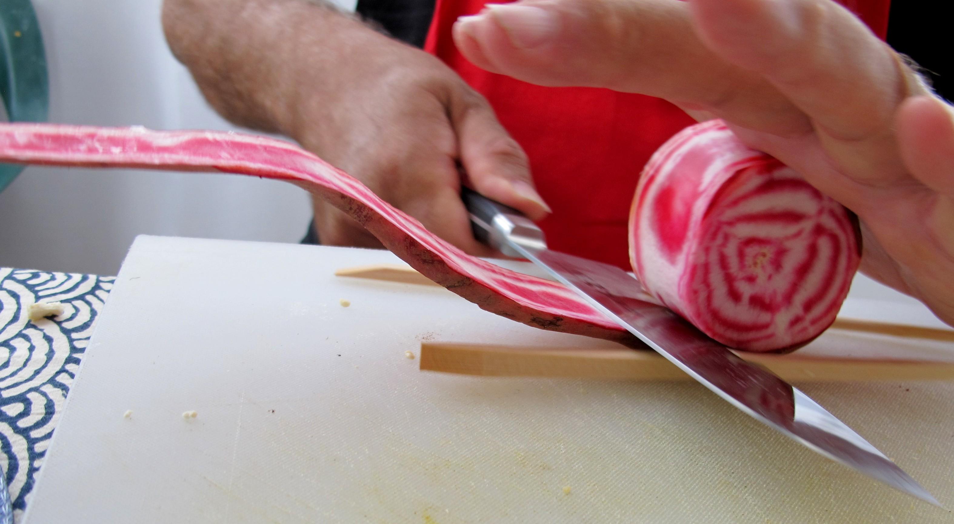 בועז מקלף סלק צבעוני בשיטה די מגניבה.