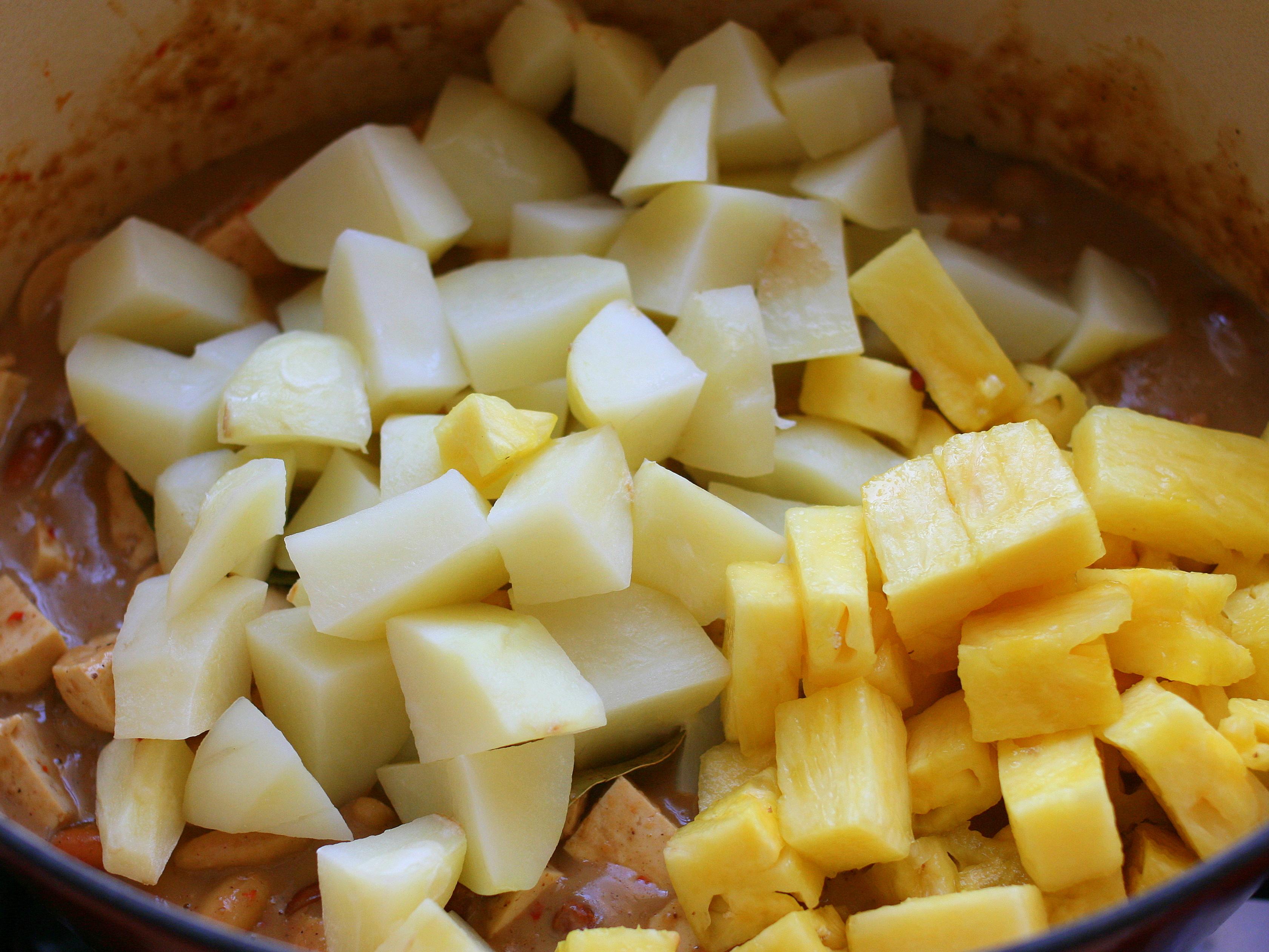 מוסיפים לתבשיל הקארי את האננס ותפוח האדמה