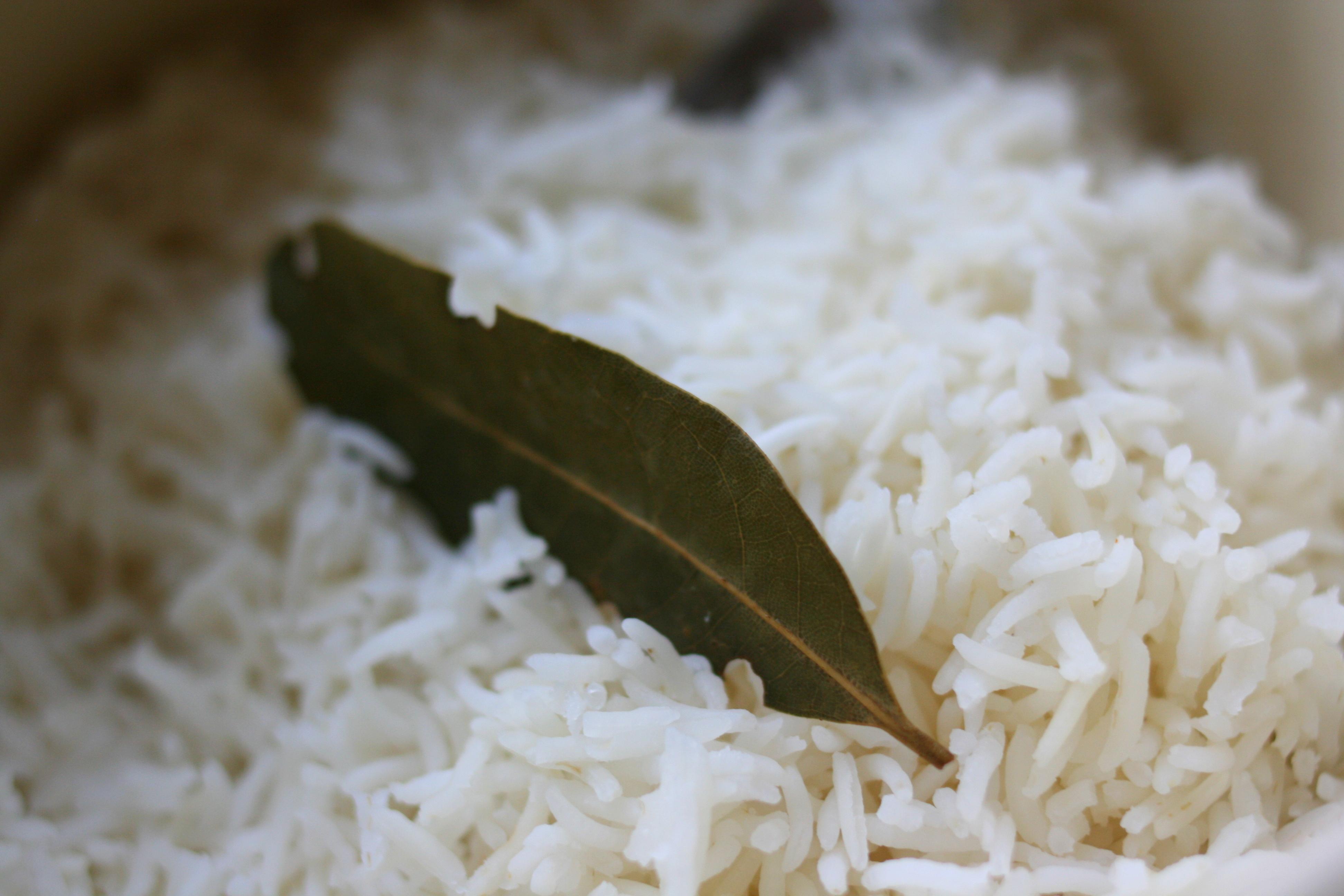 אורז לבן מבושל עם עלה דפנה.