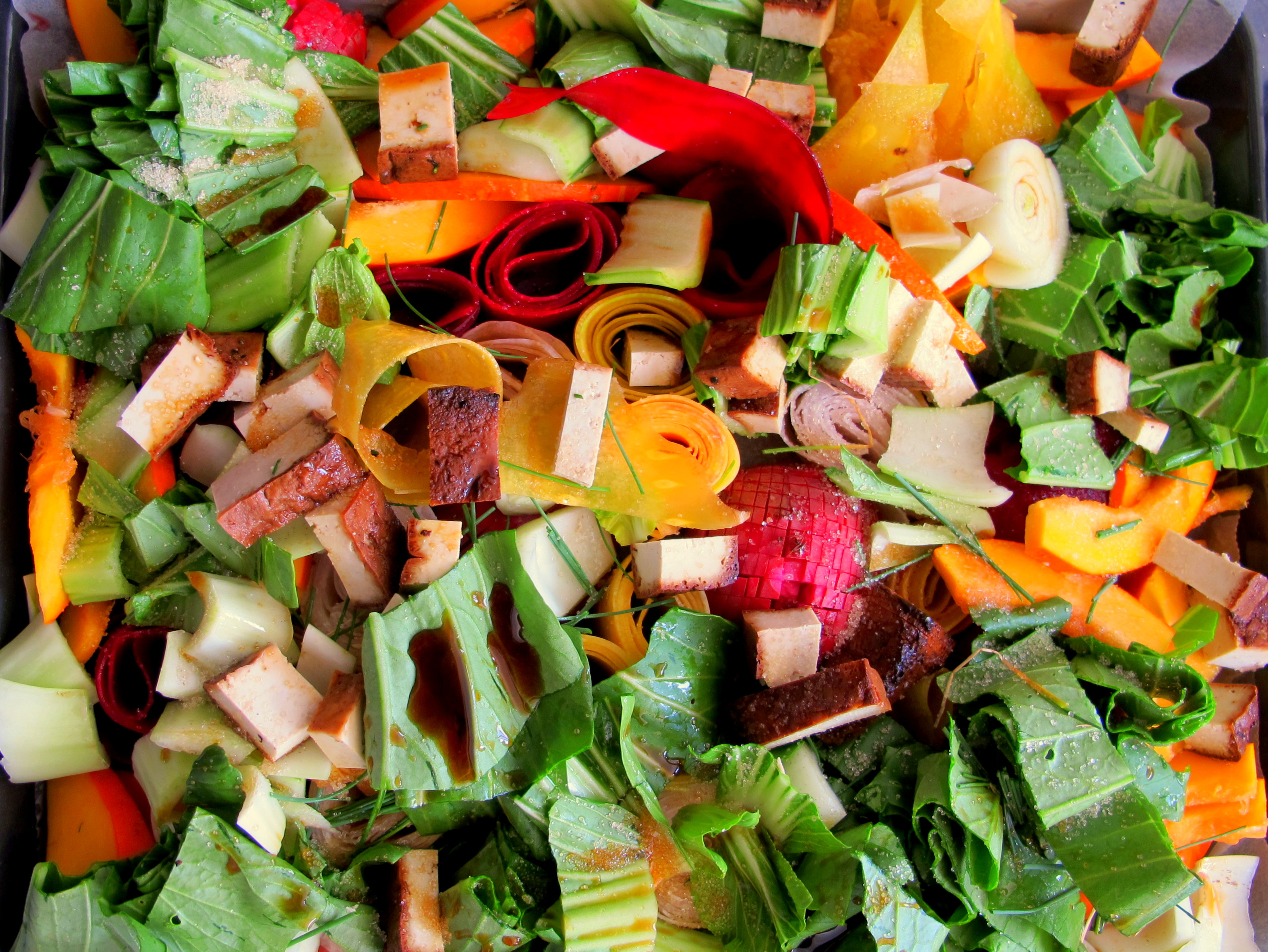 ירקות מתובלים בסויה, סוכר, לימון ועירית לפני כניסה לתנור.