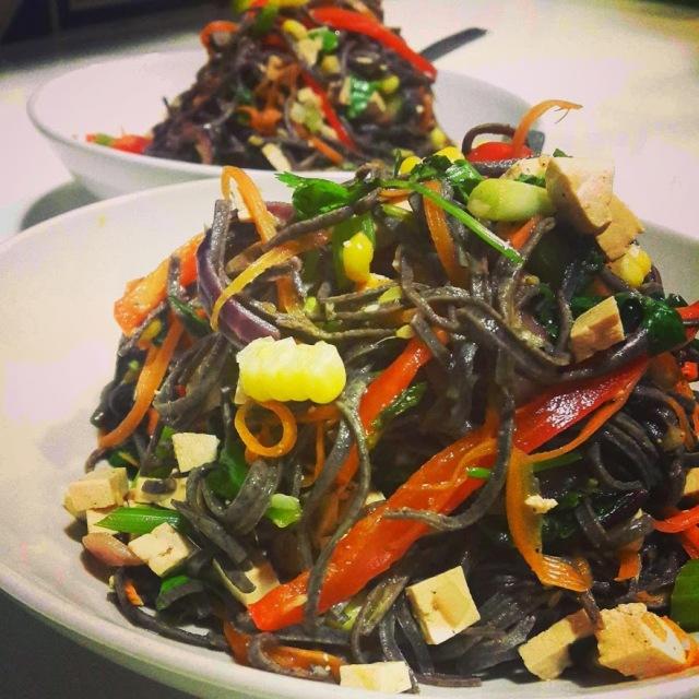 מוקפץ אטריות שעועית עם ירקות