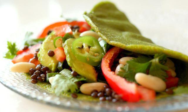פנקייק כוסמת ירוקה במילוי ירקות ושעועית